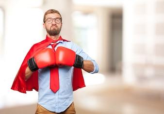 Héroe rubio expresión de enojo