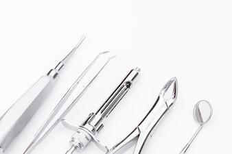 Herramientas dentales y equipo sobre fondo blanco.