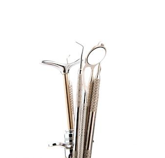 Herramientas dentales y equipos. Sobre el fondo blanco