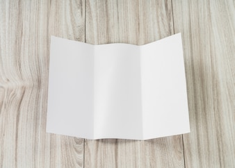 Hoja de papel doblada en blanco