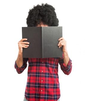 Hombre afro con libro