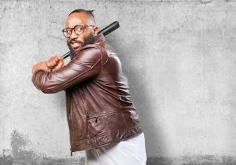 Hombre amenazador con un bate de béisbol