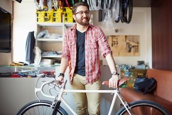 Hombre barbudo con bicicleta