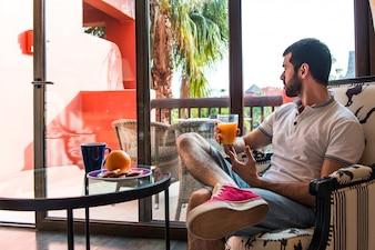 Hombre bebiendo jugo de naranja