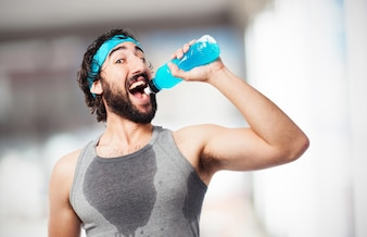 Hombre bebiendo una bebida energética