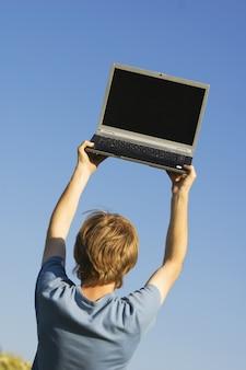 Hombre buscando wifi