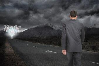 Hombre caminando por una carretera oscura