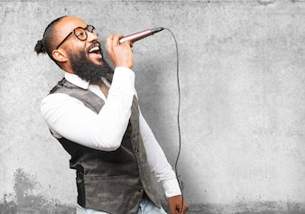 Hombre cantando por un micrófono