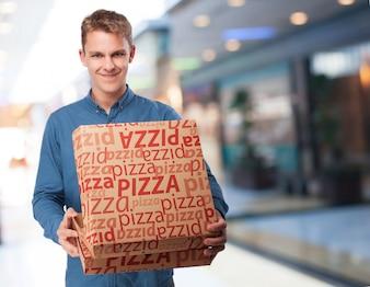 Hombre cargando cajas de pizza