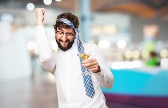 Hombre celebrando con una copa