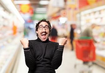Hombre celebrando en un supermercado