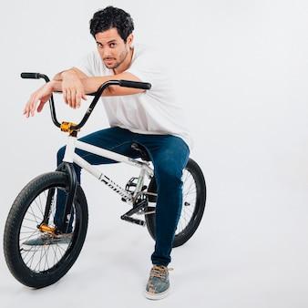 Hombre chulo en bicicleta bmx