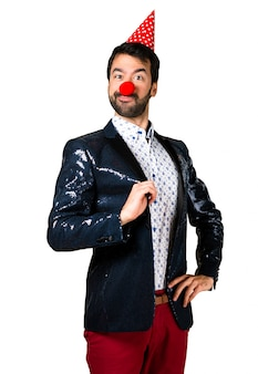 Hombre con chaqueta con nariz de payaso