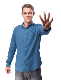 Hombre con cuatro dedos levantados