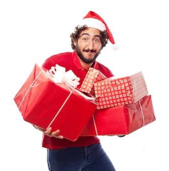 Hombre con el sombrero de papa noel y cuatro regalos