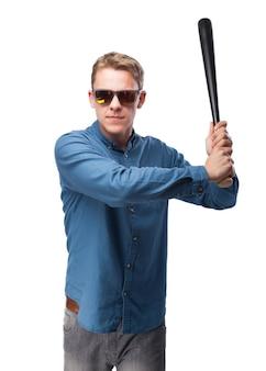 Hombre con gafas de sol y un bate de béisbol