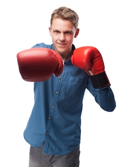 Hombre con guantes de boxeador