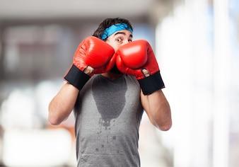Hombre con pose de defensa de boxeo