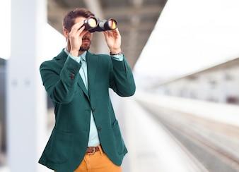 Hombre con prismáticos