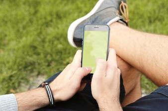 Hombre con smartphone maqueta