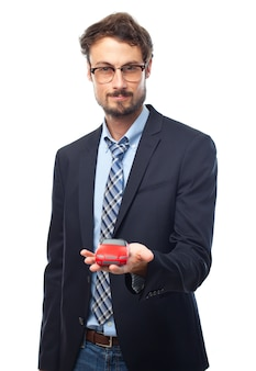 Hombre con traje con un coche de juguete