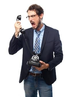 Hombre con traje y gafas de ver gritando a un teléfono