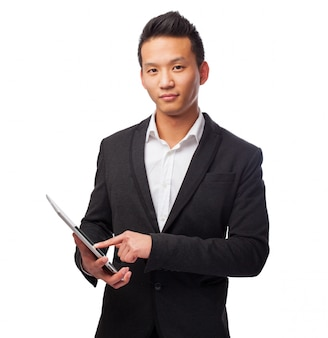Hombre con traje y una tablet