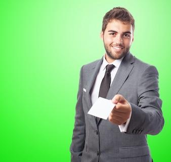 Hombre con un papel  en un fondo verde