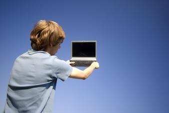 Hombre con un portátil en sus manos