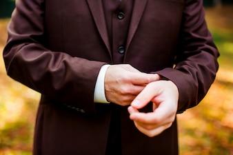 Hombre con un traje de chaqueta