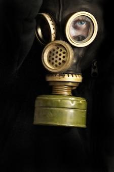 Hombre con una máscara de gas