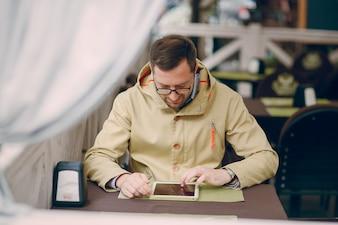 Hombre con una tablet en un restaurante