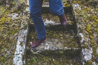 Hombre con zapatos bajando unas escaleras