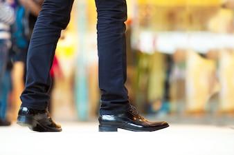 Hombre con zapatos brillantes