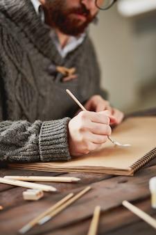 Hombre concentrado en su pintura