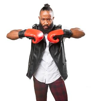 Hombre concentrado posando con guantes de boxeo