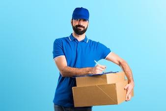 Hombre de entrega con carpeta sobre fondo de colores