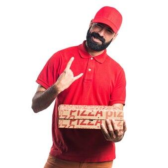 Hombre de entrega de pizza haciendo gesto de cuerno