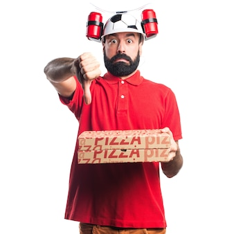 Hombre de entrega de pizza haciendo mala señal
