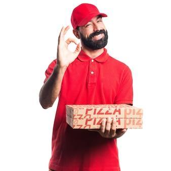 Hombre de entrega de pizza haciendo signo de OK