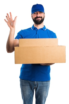 Hombre de entrega saludando