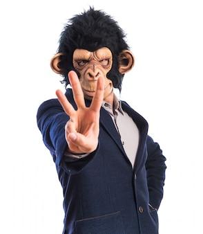 Hombre de mono que cuenta tres