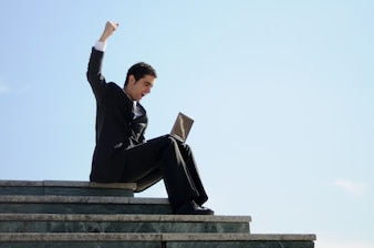 Hombre de negocios celebrando su éxito