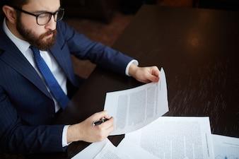 Hombre de negocios con bolígrafo y un contrato