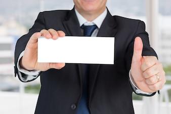 Hombre de negocios con folleto en blanco
