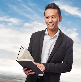 Hombre de negocios con un libro
