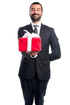 Hombre de negocios con un regalo