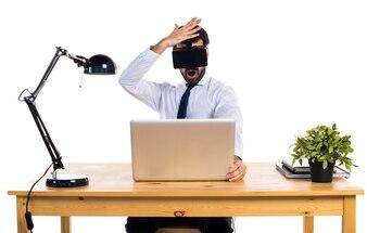 Hombre de negocios en su oficina con gafas VR