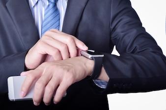 Hombre de negocios en traje formal con reloj inteligente