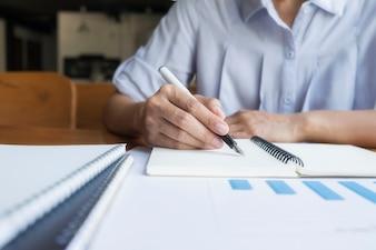 Hombre de negocios escribiendo